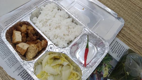 Bữa cơm trong khay giấy bạc - Ảnh 1.