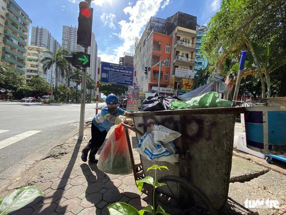 Công nhân môi trường vì nợ lương phải lượm ve chai: Công ty vi phạm nghiêm trọng luật lao động - Ảnh 1.
