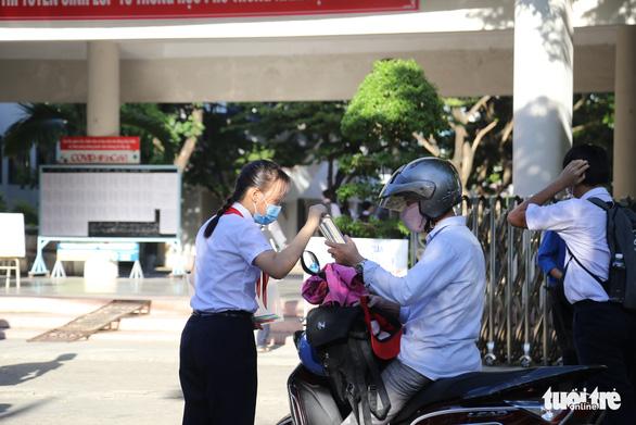 Sĩ tử Đà Nẵng ngày đầu tiên thi vào lớp 10, an tâm nhờ kết quả xét nghiệm - Ảnh 4.