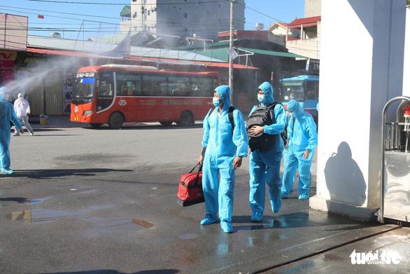 Hà Nội đón gần 300 công nhân từ 'lõi dịch' Bắc Giang về dù vẫn còn dịch - Ảnh 2.