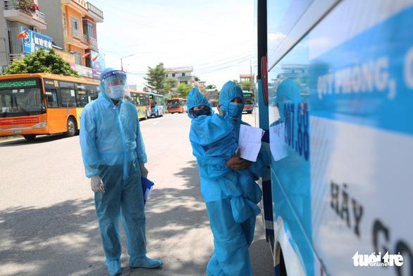 Hà Nội đón gần 300 công nhân từ 'lõi dịch' Bắc Giang về dù vẫn còn dịch - Ảnh 3.