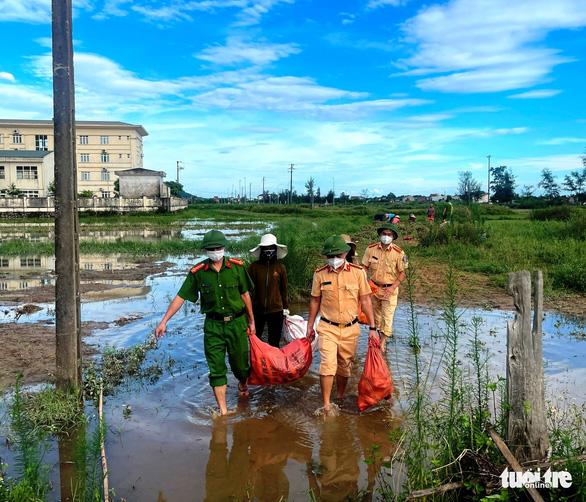 Chung tay thu hoạch hoa màu bị ngập úng cho người dân vùng phong tỏa - Ảnh 2.