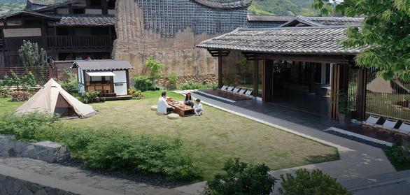 Bỏ phố về quê, đôi vợ chồng Trung Quốc cải tạo ngôi nhà đẹp như tranh - Ảnh 1.