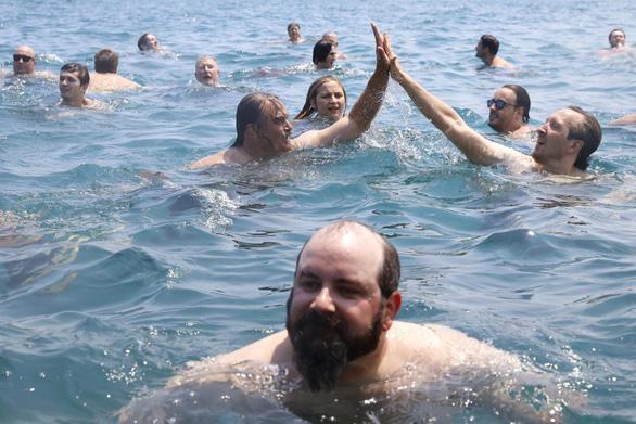 Tài xế nhảy xuống hồ 365 ngày liên tiếp để xả stress vì dịch COVID-19 - Ảnh 2.