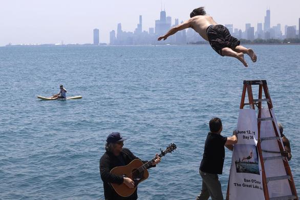 Tài xế nhảy xuống hồ 365 ngày liên tiếp để xả stress vì dịch COVID-19 - Ảnh 1.