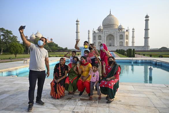 Đền Taj Mahal mở cửa đón khách lại giữa đại dịch - Ảnh 1.