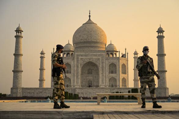 Đền Taj Mahal mở cửa đón khách lại giữa đại dịch - Ảnh 3.
