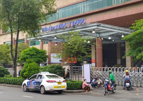 Bệnh viện Đại học Y dược tạm ngưng nhận bệnh nhân vì có 4 ca COVID-19 - Ảnh 1.