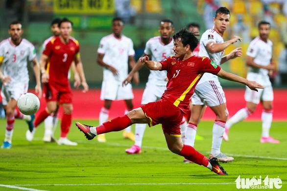 Minh Vương nhận danh hiệu cầu thủ xuất sắc nhất trận Việt Nam - UAE tại Dubai - Ảnh 3.
