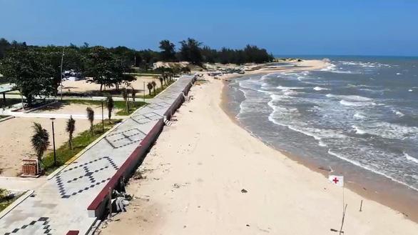 Biến chợ hải sản tự phát, ô nhiễm thành bãi tắm công cộng 5 sao - Ảnh 1.