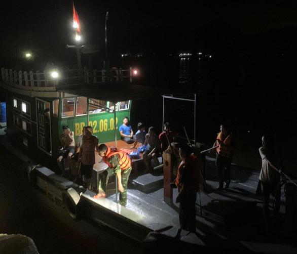 Cứu sống 7 ngư dân ôm bè xốp trôi dạt trên biển trong đêm - Ảnh 1.