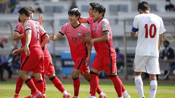 Vòng loại cuối cùng World Cup 2022: Khốc liệt cuộc chiến 1 chọi 3 - Ảnh 1.