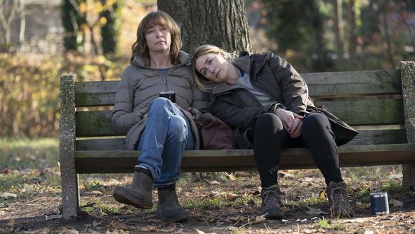 Minh tinh Kate Winslet tỏa sáng trong phim về những phụ nữ trung niên đầy thương tổn - Ảnh 3.