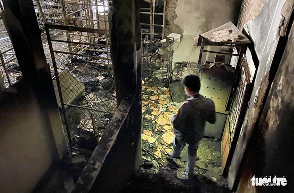 Vụ cháy phòng trà 6 người tử vong: Nhà hai mặt tiền nhưng không lối thoát hiểm? - Ảnh 4.