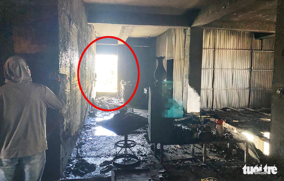 Vụ cháy phòng trà 6 người tử vong: Nhà hai mặt tiền nhưng không lối thoát hiểm? - Ảnh 6.