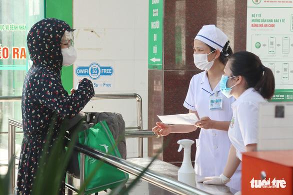 Hai bệnh viện TP Vinh tạm dừng đón bệnh nhân sau ca COVID-19 chưa rõ nguồn lây - Ảnh 1.