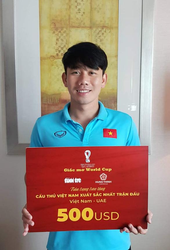 Minh Vương nhận danh hiệu cầu thủ xuất sắc nhất trận Việt Nam - UAE tại Dubai - Ảnh 1.