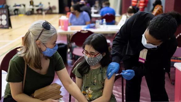Trẻ em ít mắc COVID-19, vì sao nhiều nước vẫn cho tiêm vắc xin? - Ảnh 2.