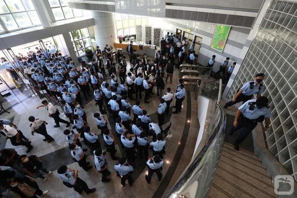 Cảnh sát Hong Kong bắt tổng biên tập nhật báo Apple - Ảnh 2.