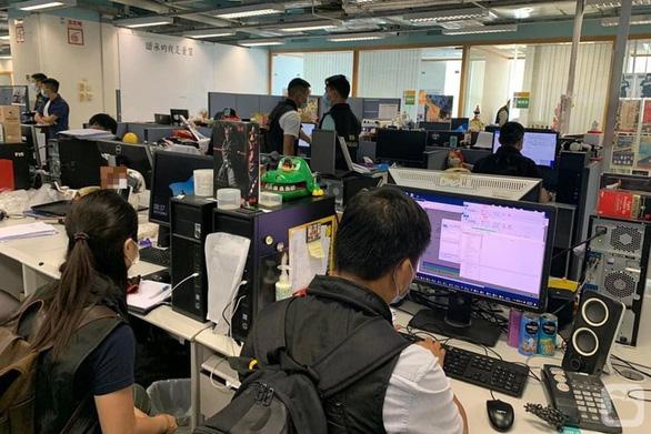 Cảnh sát Hong Kong bắt tổng biên tập nhật báo Apple - Ảnh 1.