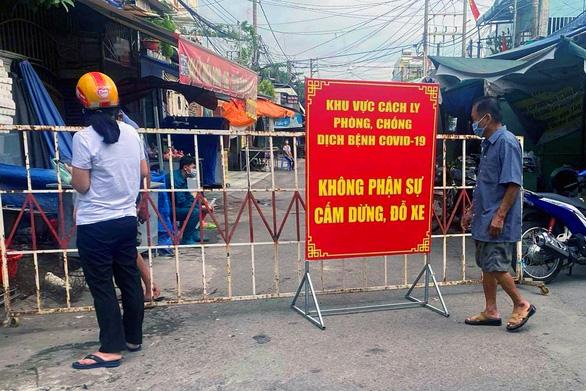 Vợ con bệnh nhân vào Big C Đồng Nai dương tính với SARS-CoV-2, phong tỏa khu chợ khoảng 100 hộ dân - Ảnh 1.