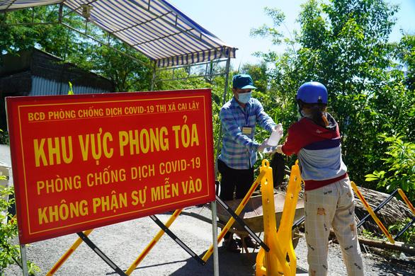 Test nhanh tại chợ Ba Dừa ở Tiền Giang, phát hiện 3 người nghi nhiễm COVID-19 - Ảnh 1.