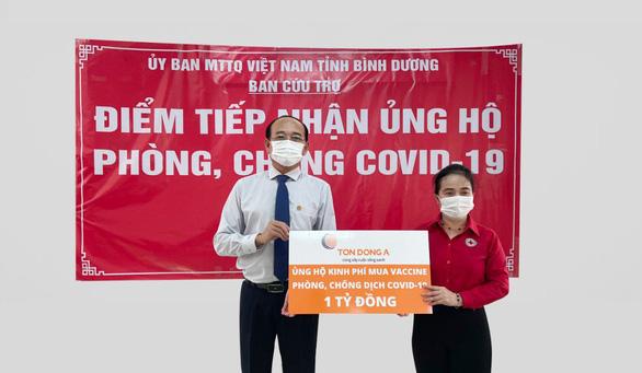 Tôn Đông Á trao 1 tỉ đồng để mua vắc xin phòng chống COVID-19 - Ảnh 1.