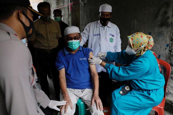 Hơn 350 bác sĩ Indonesia mắc COVID-19 dù đã tiêm vắc xin  - Ảnh 1.