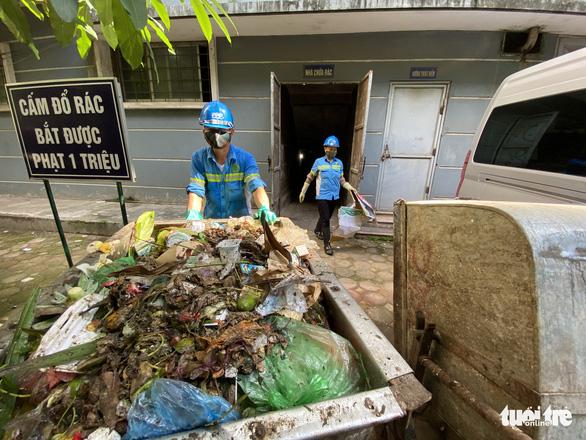 Chủ tịch Hà Nội yêu cầu xử lý vụ nợ lương hàng trăm công nhân môi trường - Ảnh 1.