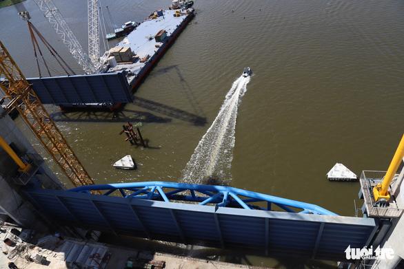 Lắp xong cửa van cuối cùng cho siêu cống thủy lợi miền Tây - Ảnh 3.