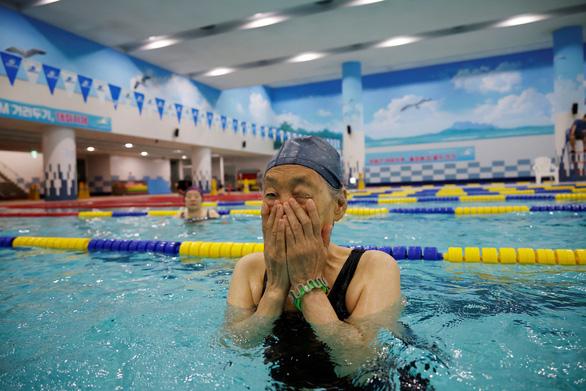Người cao tuổi Hàn Quốc như 'sống lại' nhờ vắc xin - Ảnh 1.