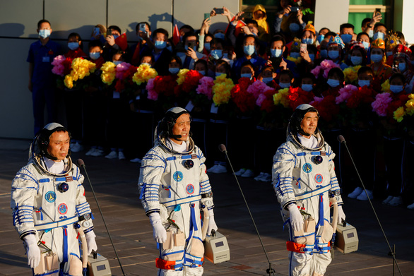 Tàu Thần Châu 12 rời bệ phóng tên lửa, đưa 3 phi hành gia Trung Quốc lên không gian - Ảnh 1.