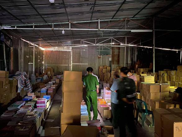 Một đường dây sản xuất, tiêu thụ gần 3 triệu cuốn sách giả, lớn nhất từ trước tới nay - Ảnh 2.