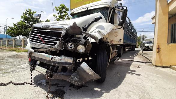 Cảnh sát rượt đuổi tài xế ngáo đá như phim hành động, dùng cả ôtô chặn đường - Ảnh 1.