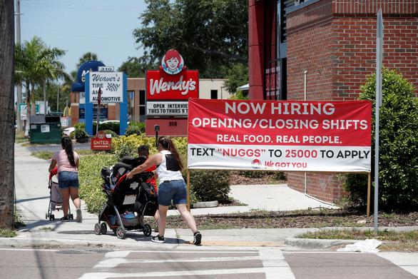 Nhà hàng Mỹ đau đầu vì không tuyển được nhân viên - Ảnh 1.