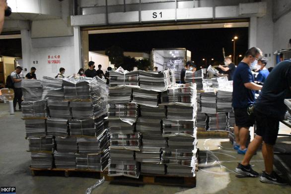 Nhật báo Apple ở Hong Kong từ 100.000 lên 500.000 bản in sau khi bị khám xét - Ảnh 4.