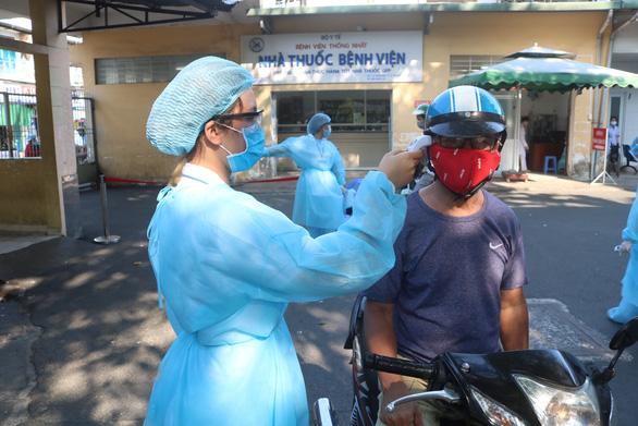 Ca COVID-19 đến khám, Bệnh viện quận 4, Bệnh viện quận 10 tạm ngưng nhận bệnh nhân - Ảnh 1.