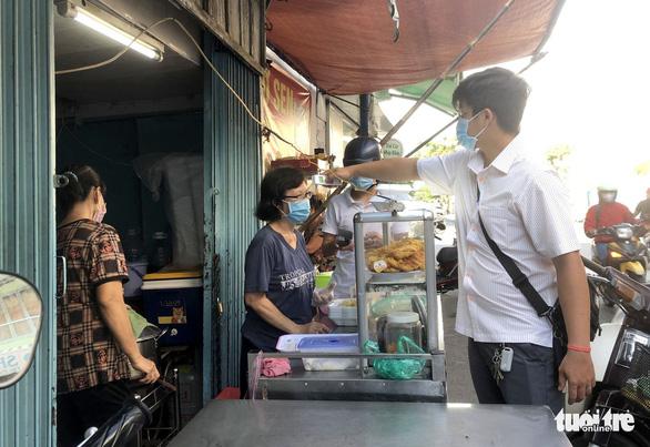 Kiểm soát, hạn chế người qua lại chợ Ga, Phú Nhuận - Ảnh 4.