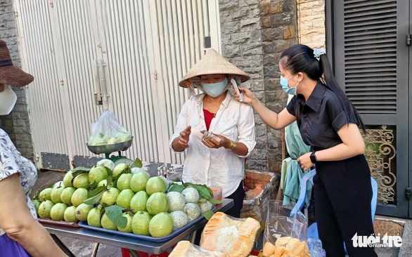 Kiểm soát, hạn chế người qua lại chợ Ga, Phú Nhuận - Ảnh 2.