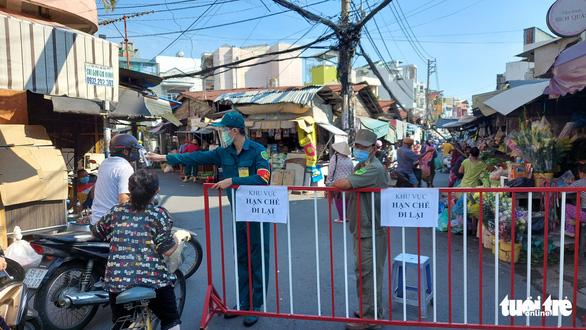 Kiểm soát, hạn chế người qua lại chợ Ga, Phú Nhuận - Ảnh 1.
