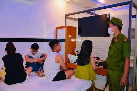 Tụ tập chơi ma túy trong khách sạn, 20 thanh niên bị bắt - Ảnh 1.