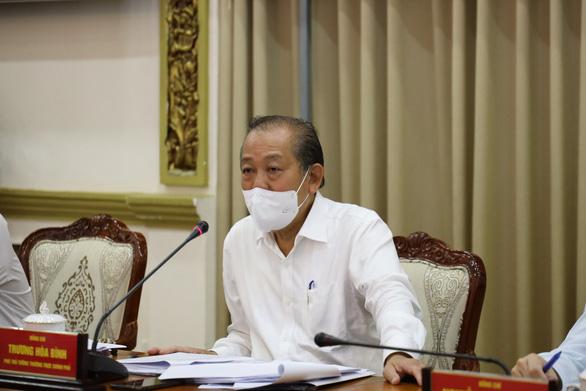Chủ tịch Nguyễn Thành Phong: Siết chặt, nâng cao mức độ chống dịch là phù hợp với tình hình - Ảnh 2.