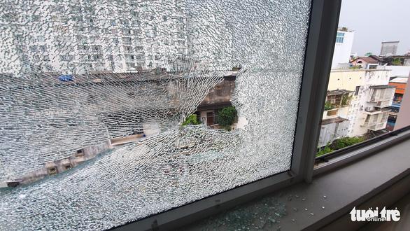 Căn nhà ở phường Tân Định bị bắn bể kính nhiều lần do dịch rảnh quá mua ná về tập? - Ảnh 2.