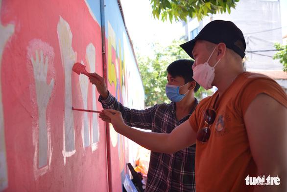 Đi từng góc phố vẽ tranh ủng hộ dập dịch trong cái nóng 40 độ C - Ảnh 2.