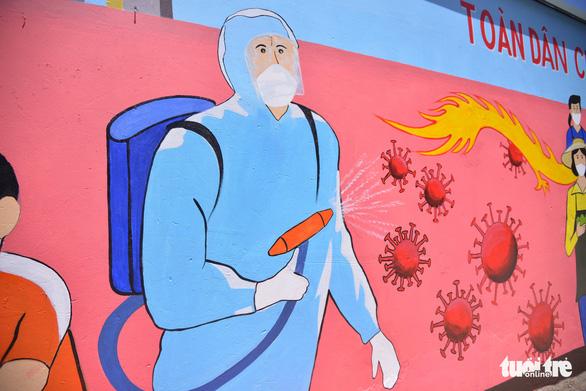 Đi từng góc phố vẽ tranh ủng hộ dập dịch trong cái nóng 40 độ C - Ảnh 3.
