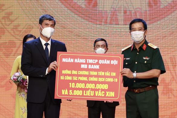 MB góp thêm 10 tỉ đồng cùng Hà Nội chiến thắng COVID-19 - Ảnh 1.