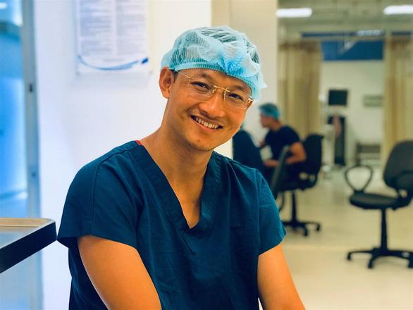 Bác sĩ Bệnh viện Việt Đức đấu giá sách để góp quỹ vắc xin COVID-19 - Ảnh 2.