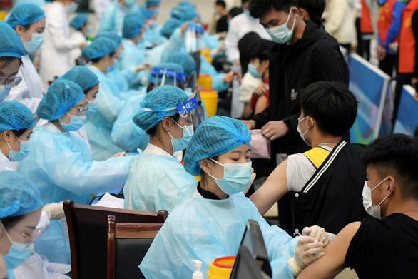 Từ nghi ngờ, tẩy chay, nhiều người Trung Quốc đã đổ xô đi tiêm vắc xin COVID-19 - Ảnh 1.