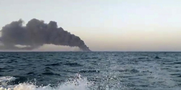 Tàu hải quân lớn nhất của Iran bốc cháy và chìm - Ảnh 3.