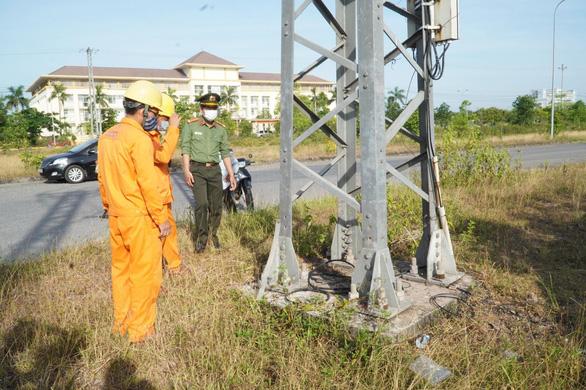 Tuyến đường dây 22 kV bị tháo trộm hơn 32 thanh giằng - Ảnh 1.